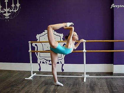 Amateur flexible teen Julia Fiatal shows the brush shaved love tube