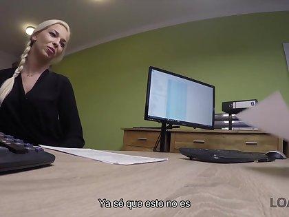 Chica Joven Inteligente Viene A Dampen Oficina De Prestamos Con El Cono Afeitado